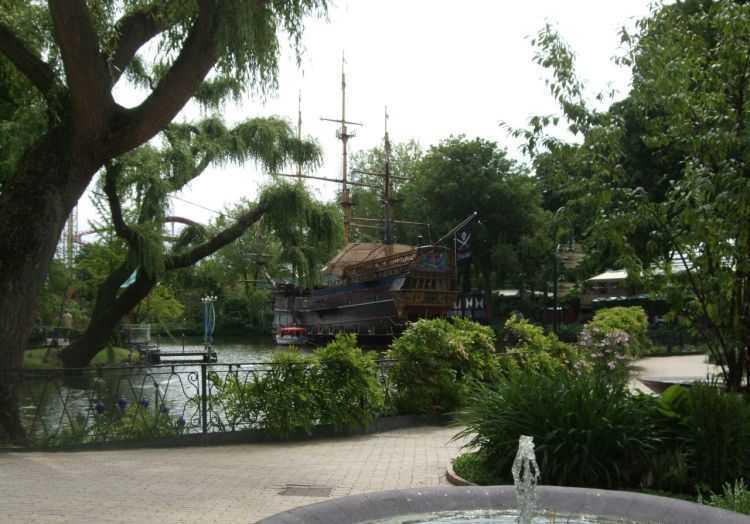Kopenhag - Tivoli Bahçelerinde bir korsan gemisi