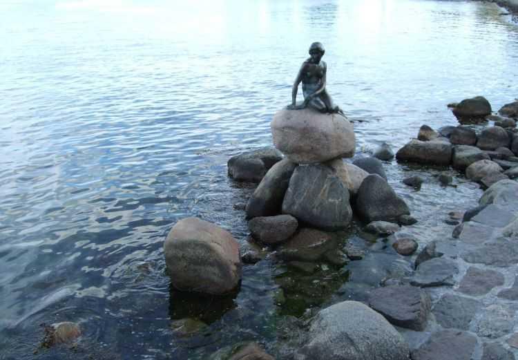 """Kopenhag'ın simgesi """"Küçük denizkızı"""" heykeli"""
