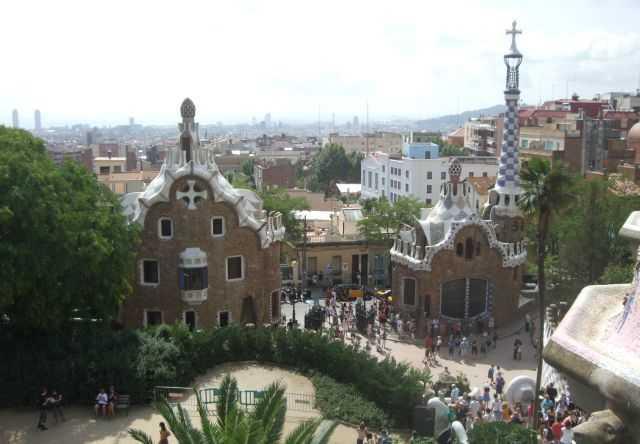 Ziyaretçiler ve parka bakan kişiler için inşa edilen masallardakilere benzer iki ev -  Park Güell