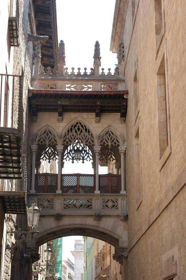 Bisbe Street'deki iki binayı birbirine bağlayan Neo-Gotik tarzdaki köprü