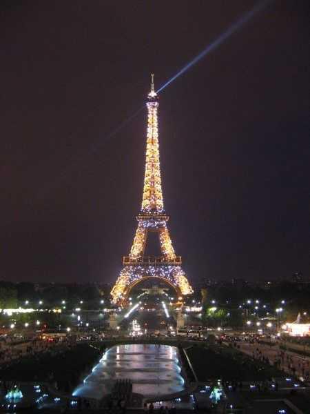 Gece Eyfel Kulesi'nde ışık gösterisi