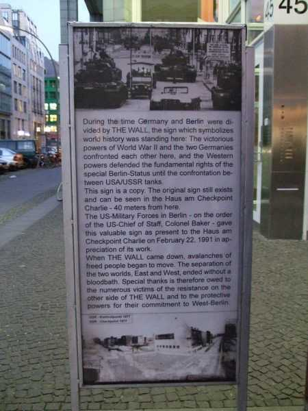 Berlin Duvarı'nın tarihçesini anlatan bir pano