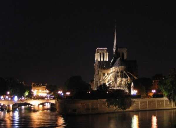 Gece karşı kıyıdan bakınca Notre Dame Katedrali