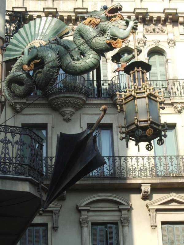 La Rambla caddesindeki bir bina detayı...