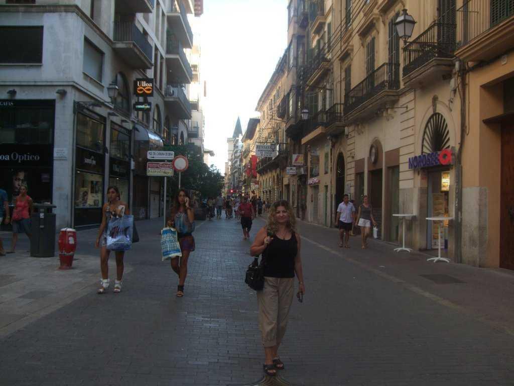 Plaza de Espana'dan girilen alışveriş caddesi...