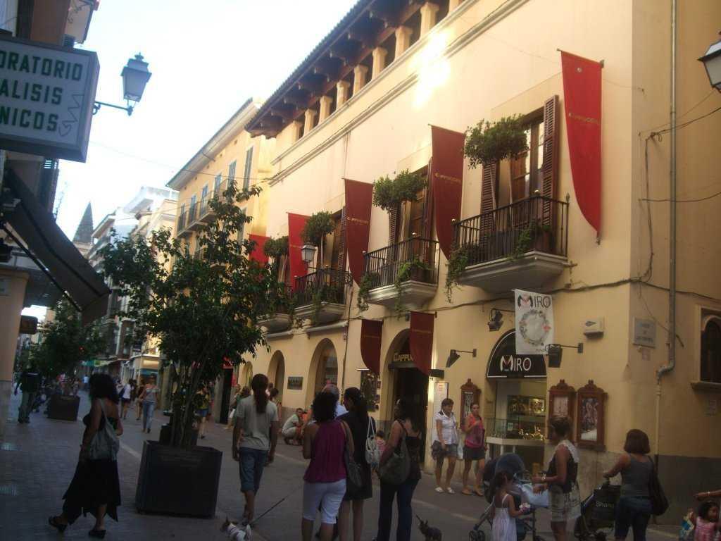 Plaza de Espana'dan alışveriş caddesine girince...