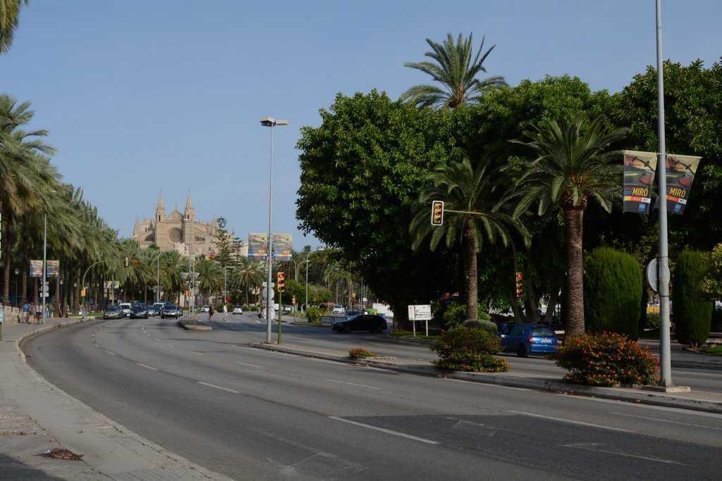 Passeig de Sagrera üzeinden yürürken - Avenue Gabriel Roca ve ileride Le Seu Katedrali