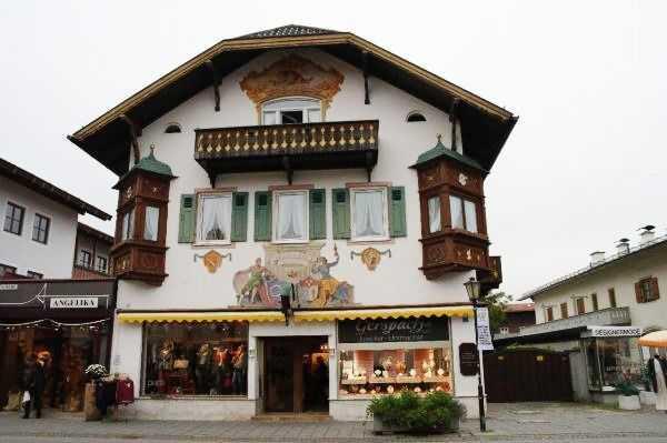 Garmish bölgesi - Duvarı resimli nefis bir bina