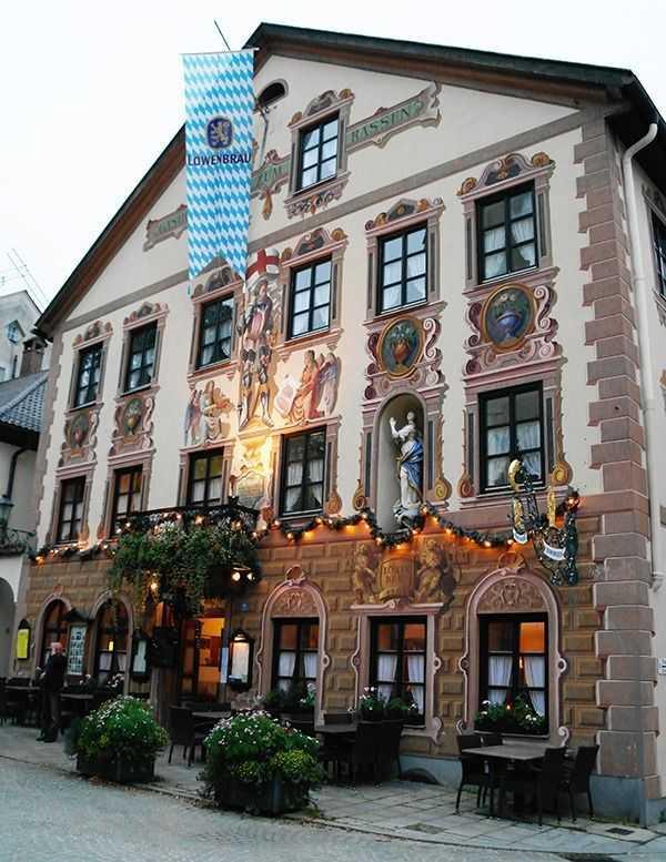 Partenkirchen bölgesi - Resimlerle süslü şahane bir bina