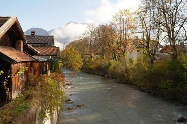 Garmish bölgesi - Dağın eteklerindeki evler ve nehir