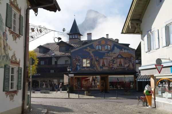 Oberammergau - Heinzeller Evi ve arka fonda Kofel Dağı