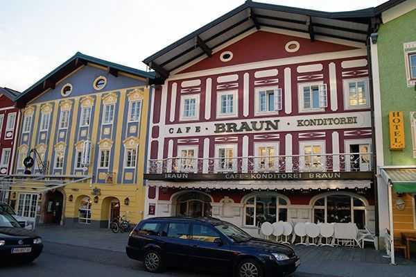 Mondsee merkezdeki rengarenk binalar