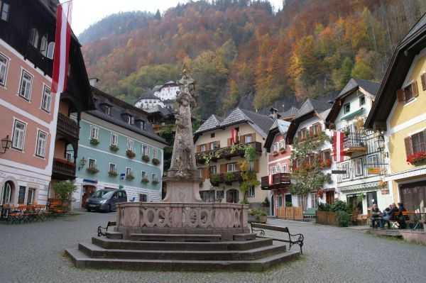 Hallstatt kasabasının merkezindeki meydan