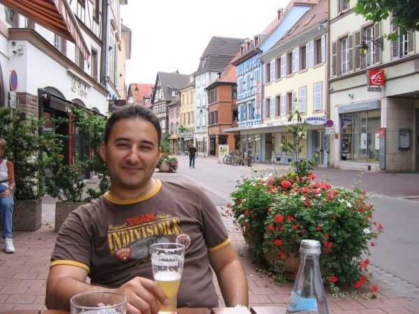 Rue Vauban üzerinde bir sokak kafesi - Colmar