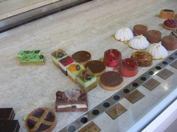 Mulhouse'deki bir kafe vitrininden tatlı seçerken...