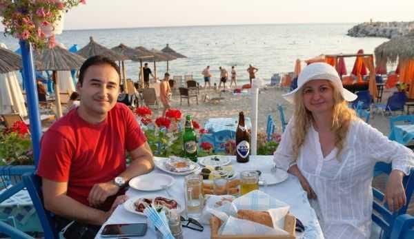 Potos plajında günbatımı manzarası eşliğinde yemek keyfi
