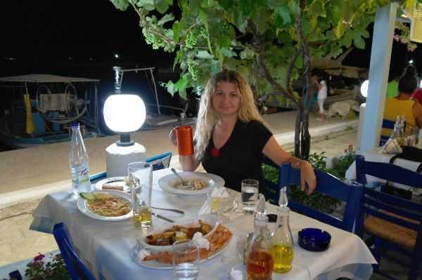 Mythos restoranda şarap keyfi