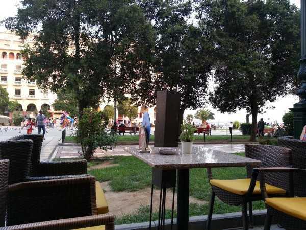 Selanik Aristotelous Meydanı'nda bir kafe