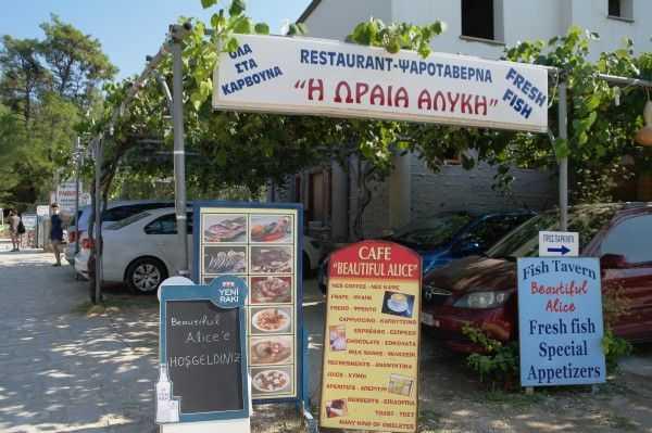 Aliki Koyu'nda bir restoran