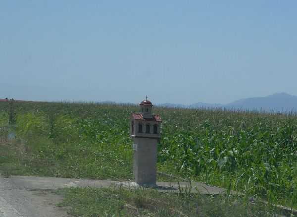 Yol kenarındaki küçük kiliselerden...