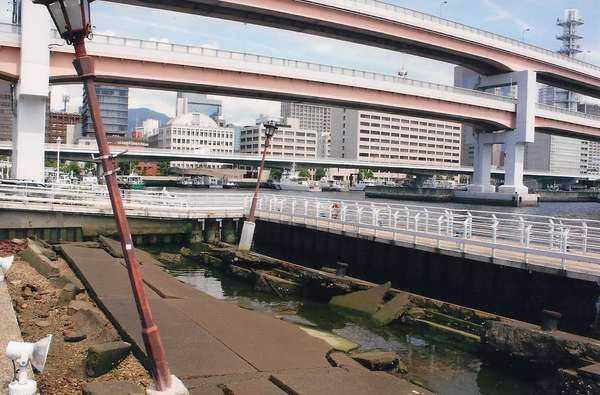 Kobe'de deprem anı köşesi ve arkada üç katlı viyadükler