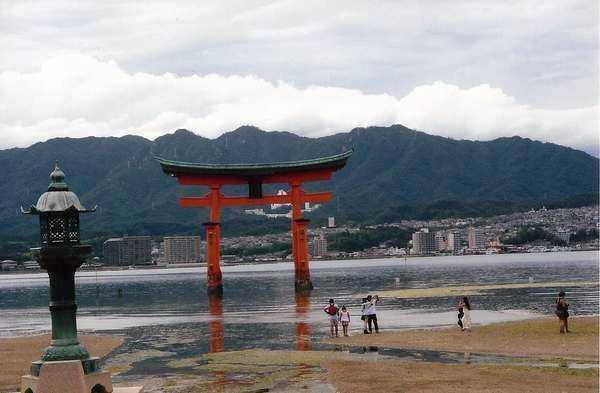 Miyajima'daki Şinto tapınağı giriş kapısı ( torii)