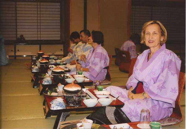 Geleneksel Japon otelinde yemek sofrası