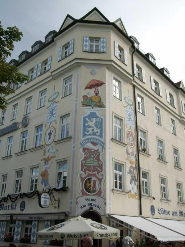 Üzeri resimlerle süslü bir bina