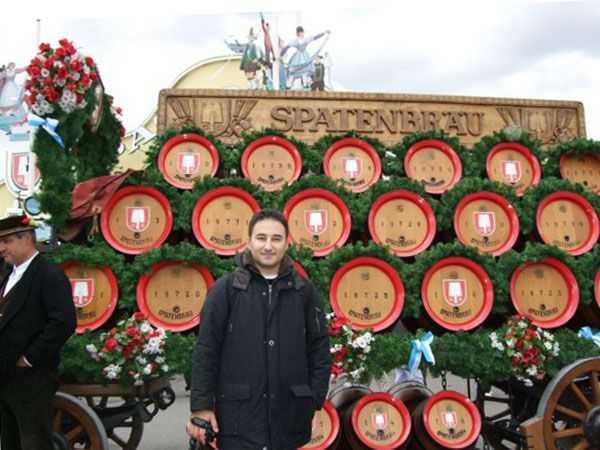 Oktoberfest Alanına gelmiş bira arabaları
