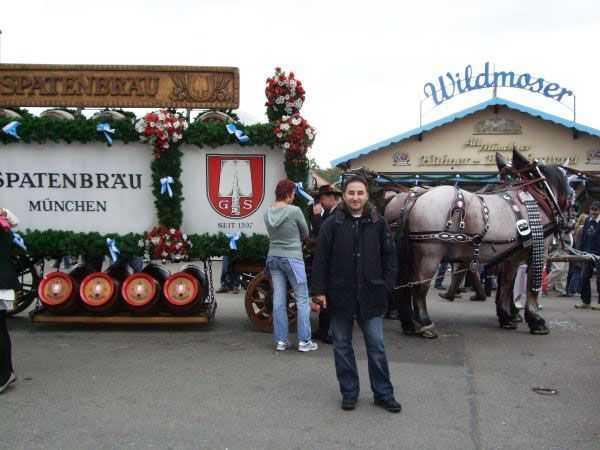 Oktoberfest Alanına gelmiş atlı arabalar