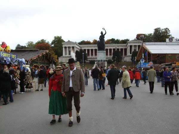 Oktoberfest festival alanında geleneksel giysiler giymiş bir çift