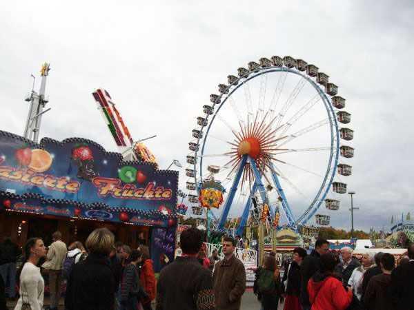 Oktoberfest festival alanında lunapark eğlencesi