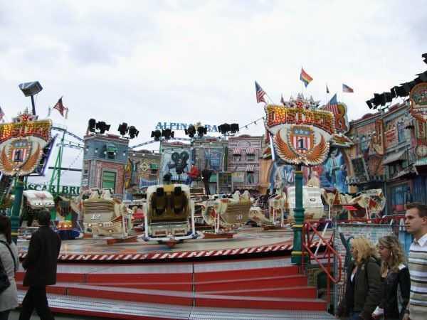 Oktoberfest festival alanında lunaparktakine benzer seçenekler