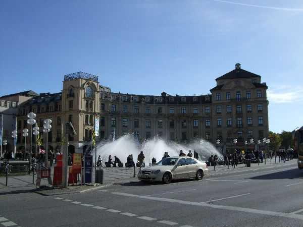 Karlsplatz Meydanı