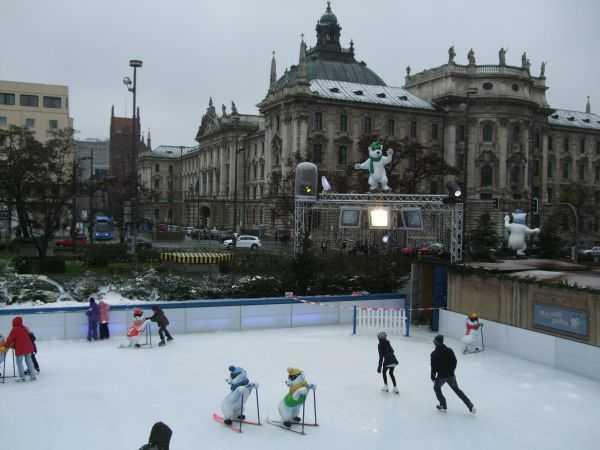 Karlsplatz Meydanındaki buz pisti