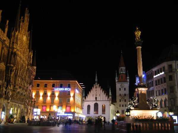 Marienplatz'ın gece karanlığındaki hali