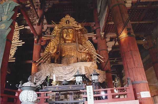 Nara Todai Ji Budist tapınağında altın Buda heykeli