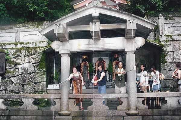 Nara parkında kutsal çeşme