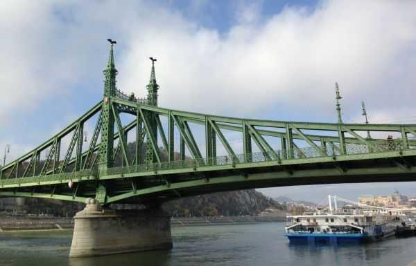 Budapeşte'nin adı da kendi de güzel Freedom Bridge'i