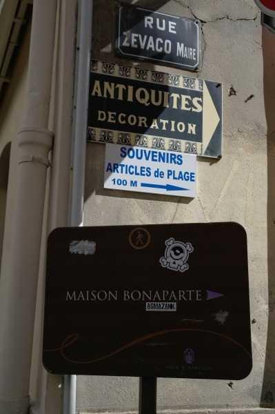 Maison Bonaparte'ı gösteren tabelalardan biri