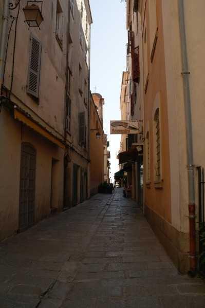 Maison Bonaparte'a giderken geçilen dar ara sokaklar