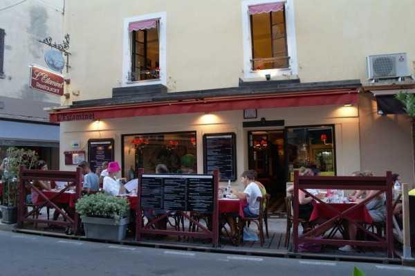 Caddelerde akşamları restoran keyfi