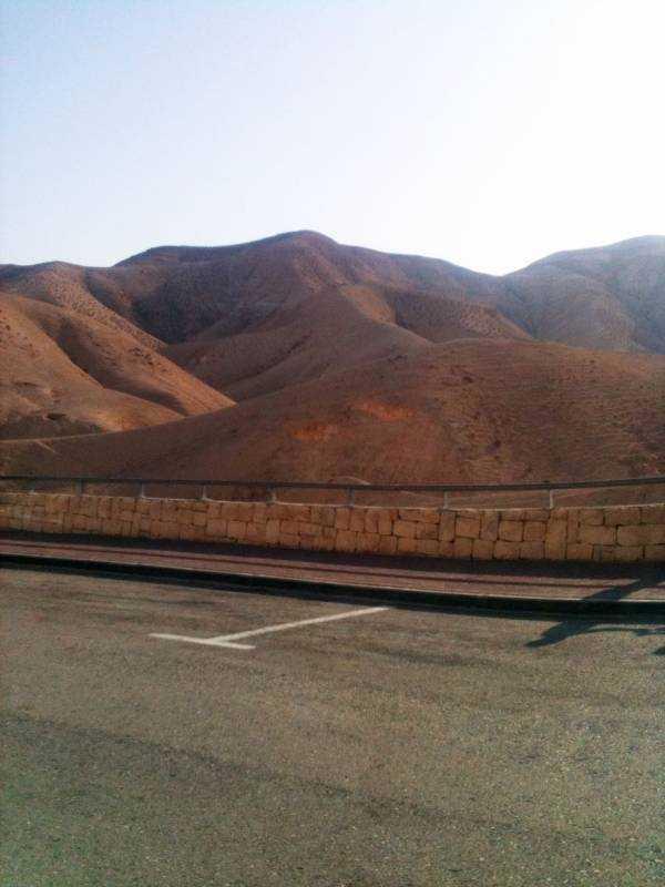 Ölü Deniz'e giderken yolda çektiğimiz bir çöl ve yol manzarası