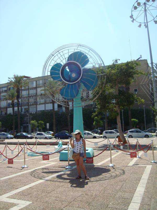 Tel Aviv'deki Rabin's Square'e kurulan dev vantilatör