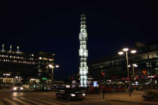 Kulturhuset Kültür Merkezinin bulunduğu Sergels Torg'ta gece manzarası