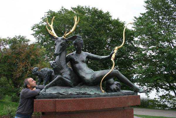 Djurgården'daki evler ve bakımlı heykeller şaşırtıcı…