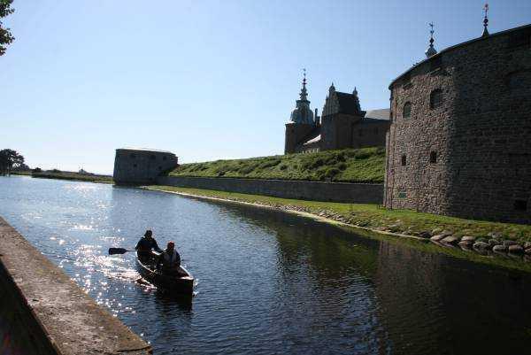 Kalmar Kalesi etrafında kayıkla gezen turistler...