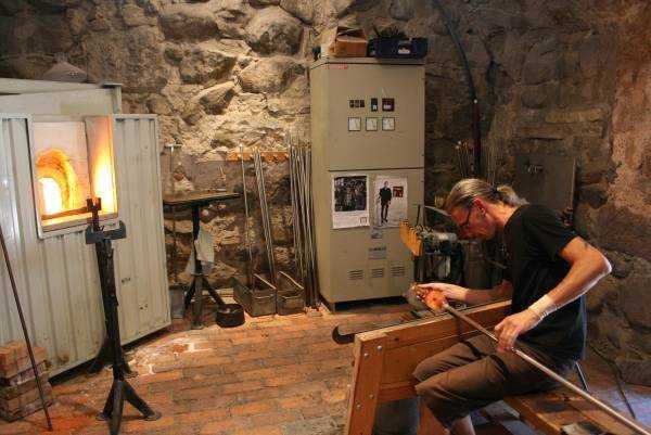 Kalmar Kalesi içinde çalışan cam sanatçısı Dennis Westholm iş başında...