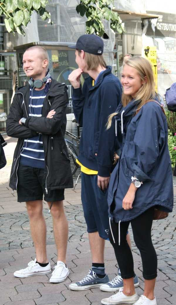 Växjö'de sokak konserini izleyen gençler…