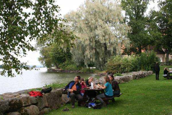 Vättern gölü kenarındaki Vadstena kenti piknikçileri…